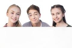 Adolescents avec la bannière vide d'isolement sur le blanc Photos stock