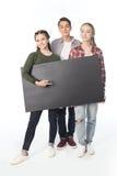 Adolescents avec la bannière vide d'isolement sur le blanc Image libre de droits