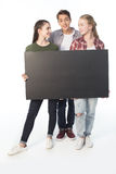 Adolescents avec la bannière vide d'isolement sur le blanc Photo stock
