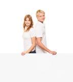 Adolescents avec un blanc, panneau d'affichage blanc sur le blanc Images libres de droits
