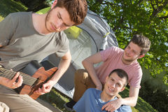 Adolescents ayant l'amusement au camping Photo libre de droits