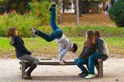 Adolescents ayant l'amusement dans le stationnement Photographie stock