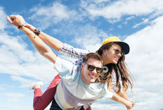 Adolescents ayant l'amusement dehors Image stock