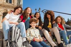 Adolescents ayant l'amusement dehors sur l'escalier Photo libre de droits