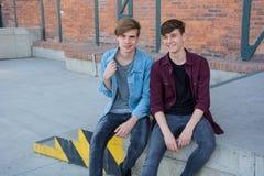 Adolescents ayant l'amusement extérieur, parlant comme amis Image stock