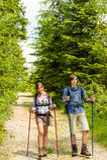 Adolescents caucasiens trimardant en nature de forêt Photos libres de droits