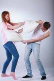 Adolescents combattant avec des oreillers Photo stock