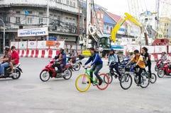 Adolescents conduisant une bicyclette de fixe-trains Images stock