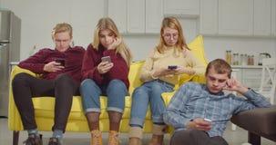 Adolescents d'Obessed avec des téléphones s'ignorant banque de vidéos