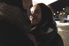 Adolescents dans l'amour en dehors de la salle Style de vie Concept de l'hiver image libre de droits