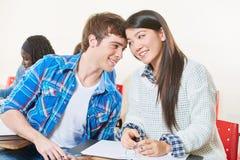 Adolescents dans l'amour tête à tête Photos libres de droits