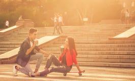 Adolescents dans l'amour une date Photos stock
