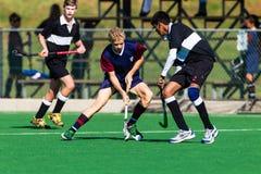 Adolescents de joueurs de hockey jouant Astro photographie stock libre de droits