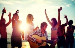 Adolescents de partie de plage buvant le concept d'amis Photographie stock libre de droits