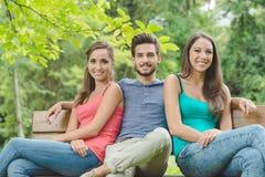 Adolescents de sourire au parc Photographie stock
