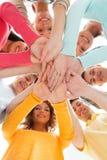 Adolescents de sourire avec des mains sur l'un l'autre Photo stock