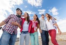 Adolescents de sourire dans des lunettes de soleil accrochant dehors Image stock