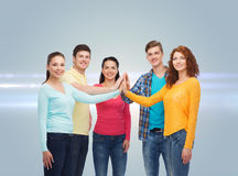 Adolescents de sourire faisant la haute cinq Photographie stock libre de droits