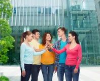 Adolescents de sourire faisant la haute cinq Photographie stock