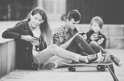 adolescents de téléphones portables Image libre de droits