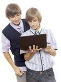 Adolescents derrière l'ordinateur Images stock
