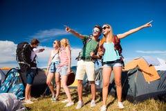 Adolescents devant des tentes avec des sacs à dos, festival d'été Photographie stock
