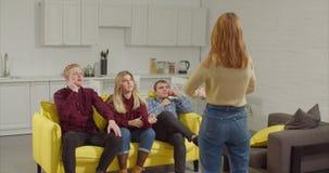 Adolescents devinant quelles expositions d'ami dans les charades banque de vidéos