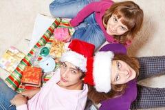 Adolescents effectuant des cadeaux de Noël Photos stock