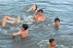 Adolescents et filles ayant l'amusement dans l'eau Photographie stock libre de droits