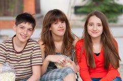 Adolescents et filles ayant l'amusement extérieur Photos stock