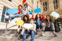 Adolescents et filles heureux avec des bulles de la parole Photographie stock libre de droits