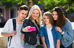 Adolescents faisant le selfie dehors Photos stock
