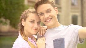 Adolescents gais souriant à la caméra, faisant la photo mémorable du moment doux images libres de droits