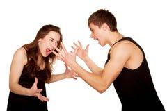 Adolescents garçon et fille se disputant, gesticulant et criant Photographie stock libre de droits