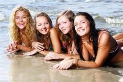 Adolescents heureux à la mer Photographie stock libre de droits