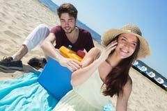 Adolescents heureux appelle leurs amis tout en appréciant la plage Image libre de droits
