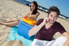 Adolescents heureux appelle leurs amis tout en appréciant la plage Photos libres de droits