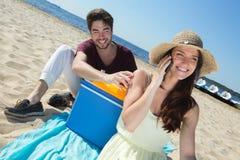 Adolescents heureux appelle leurs amis tout en appréciant la plage Images libres de droits