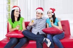 Adolescents heureux buvant du champagne Photographie stock