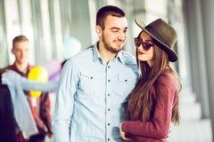 Adolescents heureux de fille et de garçon se tenant dehors Photo stock