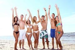 Adolescents heureux jouant à la mer Photos stock