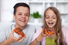 Adolescents heureux mangeant de la pizza photos libres de droits