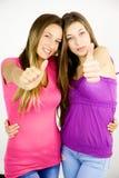 Adolescents heureux montrant l'amitié et l'amour forts Photographie stock libre de droits