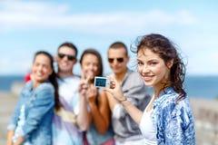 Adolescents heureux prenant la photo dehors Photographie stock