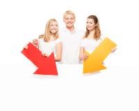 Adolescents heureux tenant des indicateurs et une bannière Photographie stock libre de droits