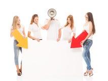 Adolescents heureux tenant des indicateurs et une bannière Image libre de droits