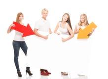 Adolescents heureux tenant des indicateurs et une bannière Photos stock
