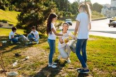 Adolescents intelligents faisant des tâches d'école Images stock