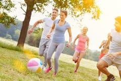 Adolescents jouant avec la boule comme groupe Image libre de droits