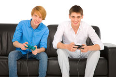 Adolescents jouant avec le playstation Images stock